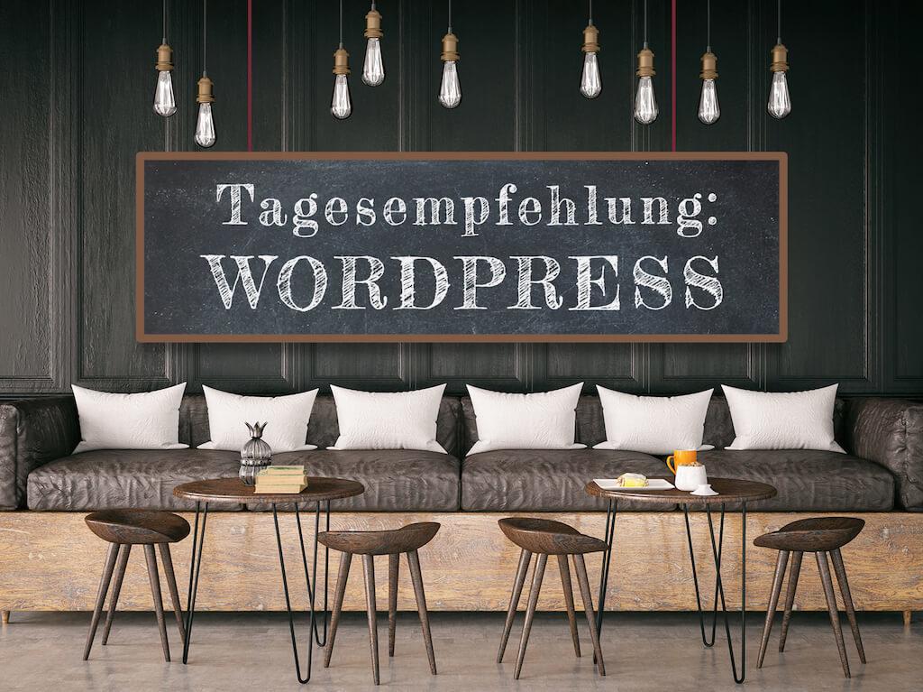 """Blick auf Sitzgruppe im Bistro mit Tafel """"Tagesempfehlung WordPress"""""""