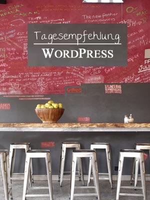 """Blick auf Bistro-Tisch mit Tafel """"Tagesempfehlung WordPress"""""""